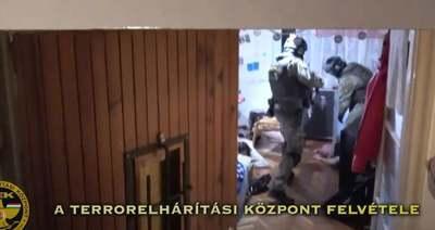Döbbenetes videó: állig felfegyverzett TEK-esek rúgták rá az ajtót a magyar bűnbandára
