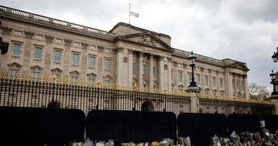 Most érkezett, késsel hatolt be egy férfi a Buckingham-palota udvarába