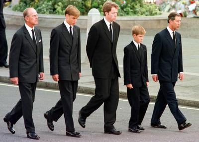 Minden lépéssel megszakad a szív: Fülöp támogatta unokáit Diana temetésén, most az ő koporsója után kell vonulniuk