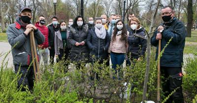 A Sheratonosok közösen ültettek el egy fát a kecskeméti Vasútparkban