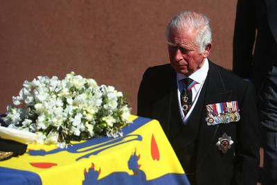 Egyedül ülő királynő, megrendült fiú - Eltemették Fülöp edinburghi herceget