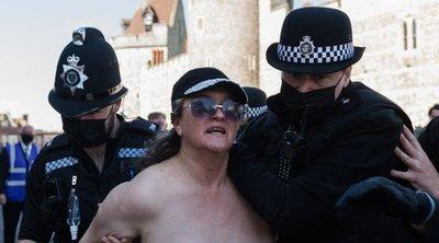 Botrány: Félmeztelen nő rohant végig a Fülöp herceget gyászoló tömegen – 18+ fotók