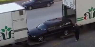 Két teherautós nekiállt felpakolni egy autót, amit műveltek, az a szakma abszolút csúcsa - videó