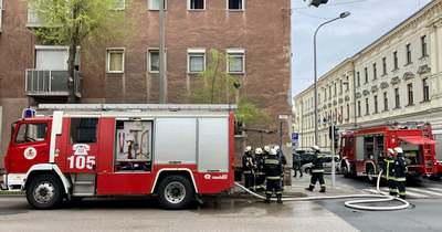 Tűz ütött ki a Csengery utcában Sopronban – társasház pincéjében lim-lom égett – fotók