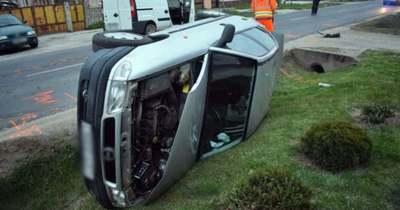 A vétlen autós borult az árokba Sopron közelében – a gyanú szerint ittasan vezetett a balesetet okozó sofőr – fotók