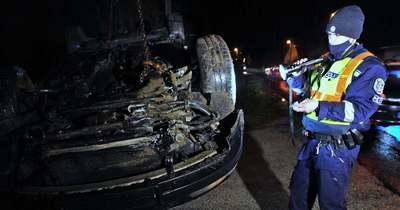 Három kisgyerekkel borult fejre egy autó Dunapatajon