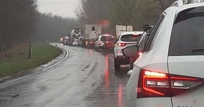 Halálos baleset – Busszal ütközött egy autó Győrszemerénél – félpályán halad a forgalom a 83-as főúton