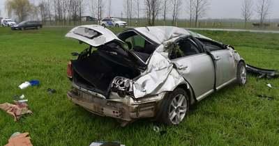 Szeghalomnál lesodródott az útról, Bélmegyernél fának ütközött egy autó