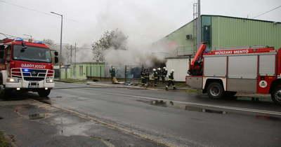 Öt város tűzoltói oltják a sárvári gyárban keletkezett tüzet