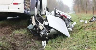 Halálos baleset – Busszal ütközött egy autó Győrszemerénél – 22 éves fiatalember vesztette életét – galéria