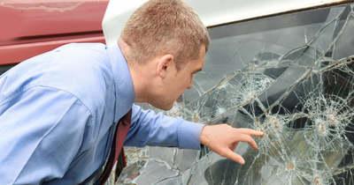 Három autót dobált meg, és az egyetem ablakát is betörte a pécsi férfi
