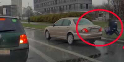Feldühítették a buszvezetőt, ritkán látható verekedés lett belőle az út mellett - videó