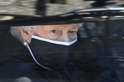 Könnyeiket törölgették a királyi család tagjai: ez történt még Fülöp herceg temetésén
