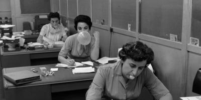 Fertőtlenítés, egyedülálló nők és a II. világháború: a rágógumi szövevényes múltja