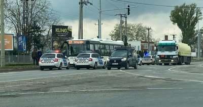 Rendőrautók fogják körbe a 67Y buszt a Dorozsmai úton