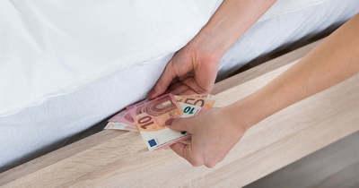 A párnájuk alatt tartják a pénzüket a magyar fiatalok