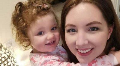 Csak bámulták, ahogy a terhes kismama lánya beszorult, segíteni senki nem akart