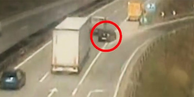 Hihetetlen baleset az M0-son, a leállósávban tarolták le a közútkezelő autóját - videó