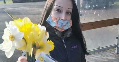 Több mint száz nárciszcsokor került békési padokra