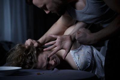 Sokkoló: barátja előtt erőszakolták meg a 18 éves lányt