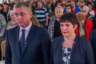 Gyurcsányné és Jakab Péter együtt próbálja kihasználni a gyászoló családok fájdalmát
