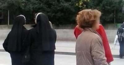 Hátborzongató, mi tűnt fel fényes nappal a buszra váró apácák mögött