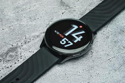 Lehangolta a tesztelőket a OnePlus Watch okosóra