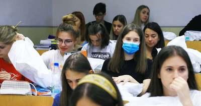 A gyermekeknek ajánlott, de nem kötelező a maszk viselése az órákon