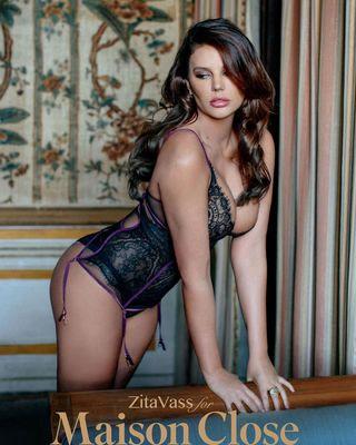 Bugyiban, melltartóban pózol a magyar Playboy-modell - videó