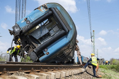Így emelték le a sínekről a kisiklott vonatot Újfehértónál - képek