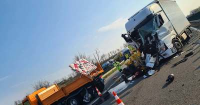 Baleset az M1-esen Győrnél – Kamion hajtott egy terelőautónak – fotók