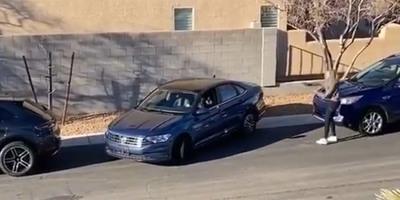 Ketten próbáltak megoldani egy pofonegyszerű parkolást, a végén jött a zseniális csattanó - videó