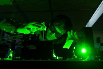 Kompakt lézer segítségével keltettek áramot üvegben