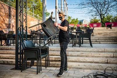 Szombaton nyithatnak ki a vendéglátóhelyek teraszai, később kezdődik a kijárási tilalom