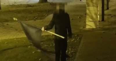 Elképesztő videó: a magyar után az uniós zászlót is letépte a fickó a tatabányai városházáról
