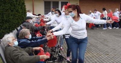 Szépkorúak és gondozók táncolva dacolnak a járvány ellen Szolnokon