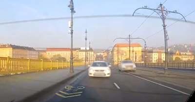 Villamosnak képzelte magát egy luxusautó a Margit hídon – elképesztő videó!