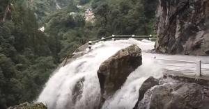 Beláthatatlan szakadék, leszakadó út, vízesés: mernél itt vezetni? – VIDEÓ