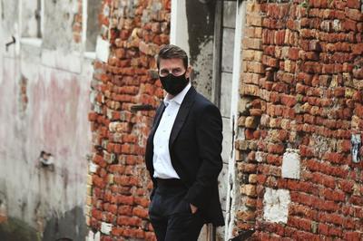 Megdöbbentek egy angliai település lakosai, amikor Tom Cruise helikopterrel landolt náluk