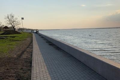 Félméteres betonfal épült az agárdi szabadstrand partján