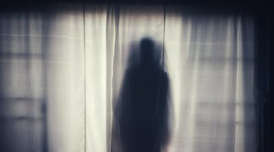 Még a hálószobában is kísérti férje új barátnőjét amegboldogult feleség szelleme