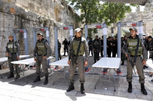 Izrael eltávolítja a fémérzékelő kapukat a Mecsetek teréről