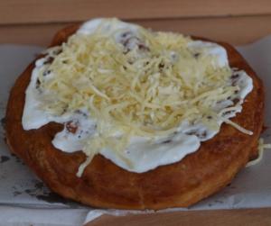Teszt! Megnéztük hol a legjobb a sajtos-tejfölös lángos Budapesten!