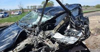Sokkoló fotók: rommá tört a Csépnél vonattal ütköző autó