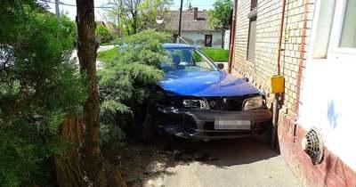 Házfalnak csapódott egy autó Vásárhelyen – Fotók