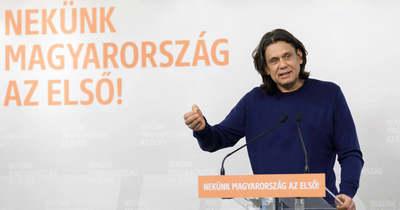 Baloldali politikai aktivista kezében a magyar jogállamisági jelentés