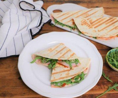 Villámvacsora a grillsütőben: sajtos-sonkás quesadilla rukkolával
