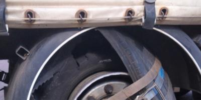 Defektet kapott a kamionsofőr, olyan módszert talált ki, amitől a rendőrök is rosszul lettek