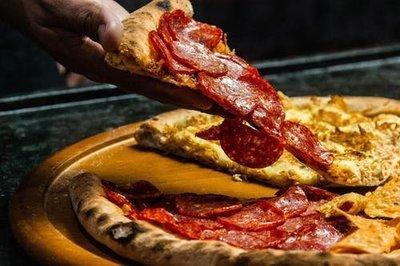 Nem tudta kifizetni a pizzaszeletet, ezért nyakon szúrta a pultost a Móricz Zsigmond körtéren