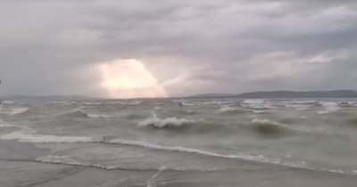Alaposan felkorbácsolta a Balaton vizét a szélvihar (videó)